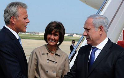 Ambassador Michael Oren welcomes Prime Minister Benjamin Netanyahu to Washington, August 2010. (Moshe Milner/GPO/FLASH90)