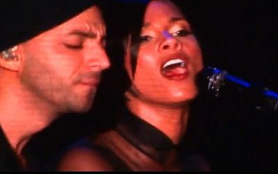 Alicia Keys and Israeli singer Idan Raichel during a duet in Tel Aviv Thursday night (photo credit: screen capture/YouTube)