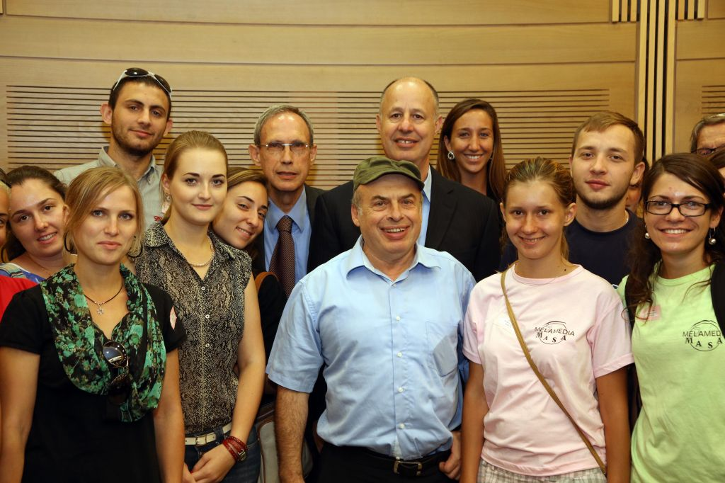Jewish Agency chairman Natan Sharansky and the co-Chairmen of the caucus for Strengthening the Jewish People, MK Nachman Shai and MK Tzachi Hanegbi pose with students from Masa Israel Journey. (Photo credit: Sasson Tiram)