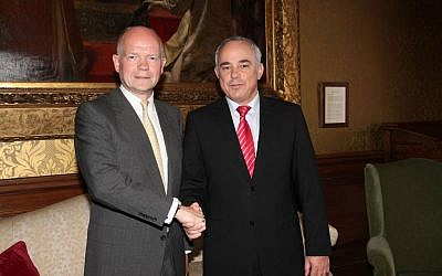 UK Foreign Secretary William Hague and International Relations Minister Yuval Steinitz in London, July 24, 2013 (photo credit: Spokesperson of Intelligence and Strategic Affairs Ministry)
