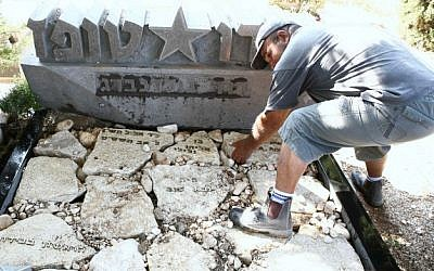 The heart of Israeli entertainer Dudu Topaz is buried at his grave at the Yarkon cemetery on May 30, 2012. (photo credit: Yehoshua Yosef/FLASH90)