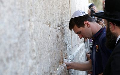 FC Barcelona football player Lionel Messi at the Western Wall with the FC Barcelona team in Jerusalem's Old City, August 4, 2013. (Alex Kolomoisky/Flash90)