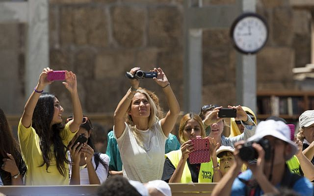 Fans scream as the FC Barcelona football team arrives at the Western Wall in Jerusalem's Old City, August 04, 2013. (photo credit: Yonatan Sindel/FLASH90)