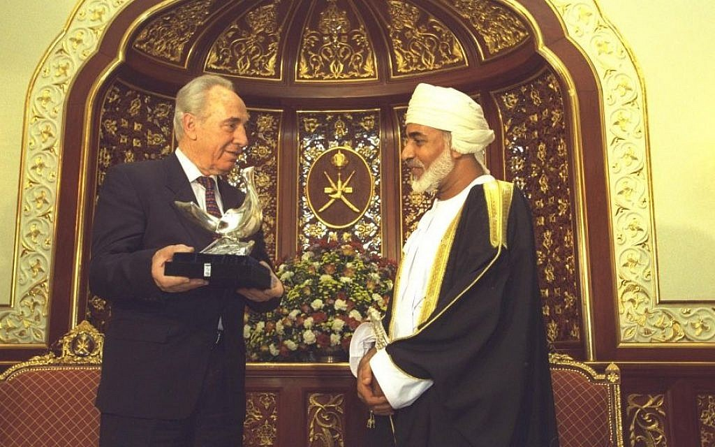 Then-prime minister Shimon Peres presents a sculpture of the dove of peace to Omani Sultan Qaboos bin Said El Said in the palace in Salala, April 1, 1996. (Avi Ohayun/GPO)
