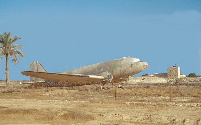 Revivim plane  (photo credit: Shmuel Bar-Am)
