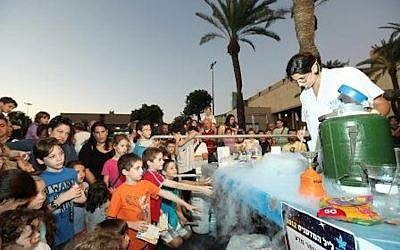 A water science activity at the 2012 Researchers' Night (Photo credit: Science Ministry)