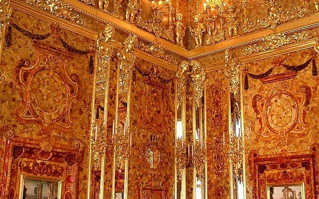File: A reconstructed view of the fabled Amber Room (photo credit: jeanyfan, public domain/Wikimedia Commons)