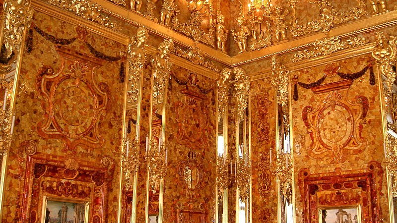 A reconstructed view of the fabled Amber Room (photo credit: jeanyfan, public domain/Wikimedia Commons)