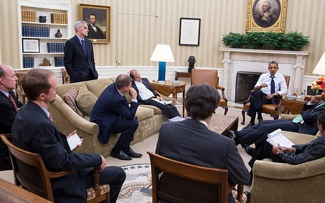 US President Barack Obama meets with senior advisers in the Oval Office to discuss a new plan for the situation in Syria, August 30, 2013. (Pete Souza/Official White House Photo)