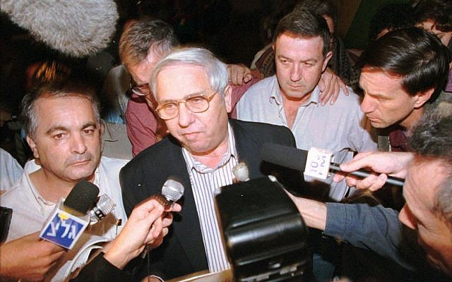 Eitan Haber, surrounded by reporters outside Ichilov Hospital in Tel Aviv, announces the death of prime minister Yitzhak Rabin. November 4, 1995. (photo credit: AP PHOTo/Eyal Warshavsky)
