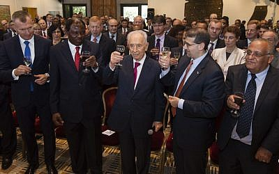 President Shimon Peres proposes a toast with foreign diplomats at an event celebrating the Jewish New Year on September 3, 2013. (photo credit: Flash90)