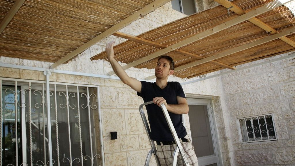 Illustrative: Building a sukkah. (Gershon Elinson/Flash90)