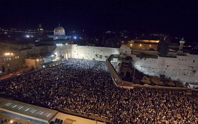 Thousands gather for prayers at the Western Wall in Jerusalem's Old City on the night before Yom Kippur, the Jewish Day of Atonement, September 13, 2013. (Dror Garti/Flash90)