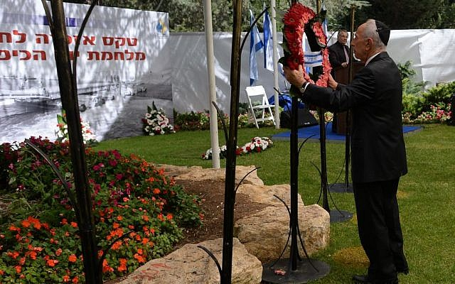 Shimon Peres hangs a wreath for soldiers who were killed in the Yom Kippur War, September 15, 2013. (Photo credit: Kobi Gideon/GPO/Flash90)