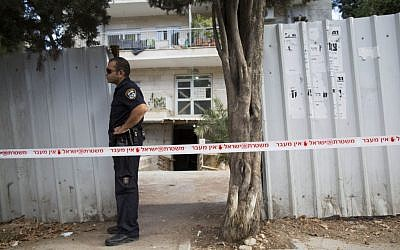 Israeli Police and crime scene investigators on the site of a murder and attempted suicide in Jerusalem, on September 16, 2013. (photo credit: Yonatan Sindel/Flash90).