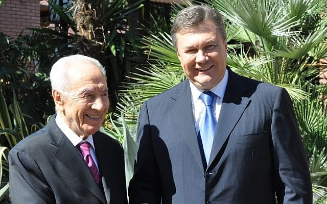President Shimon Peres, left, welcomes Ukranian President Viktor Yanukovych at the President's Residence in Jerusalem, on Friday (photo credit: President's Spokesperson/Flash90)