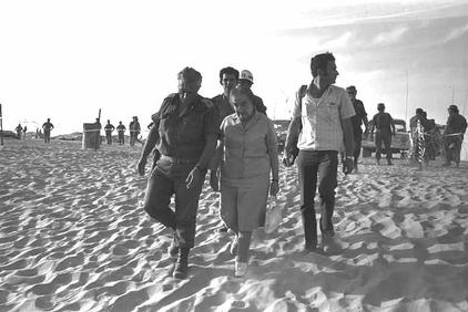 Meir touring the southern front with Maj. Gen. Ariel Sharon several days after the war (Photo credit: Yehuda Tzion/ GPO)