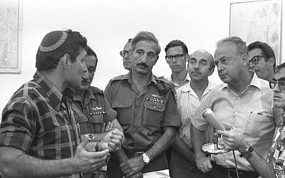 Hanan Porat, left, with then-prime minister Yitzhak Rabin at Kfar Etzion, September 1976. (Moshe Milner, Government Press Office)