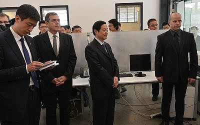 Liu Qibao (center) visits JVP's Media Quarter in Jerusalem (Photo credit: Shmuel Cohen)
