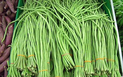 A basket of long beans in a Singapore supermarket (photo credit: David.Kcdtsg at en.wikipedia [Public domain], from Wikimedia Commons)