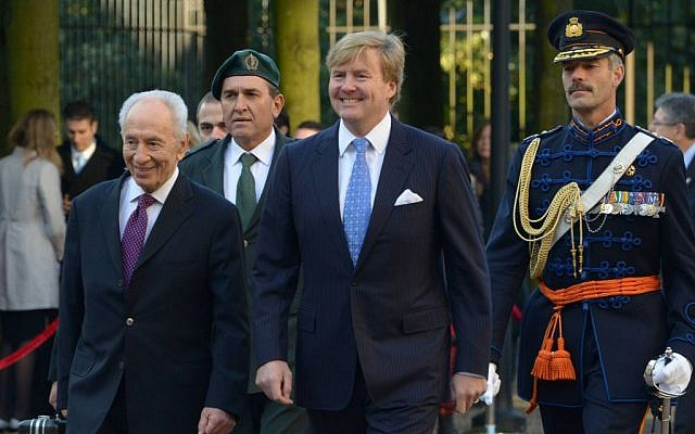 Israeli President Shimon Peres and King Willem-Alexander of The Netherlands pass by the honour guards at Noordeinde Palace on October 1, 2013 in The Hague, Netherlands (photo credit: Amos Ben Gershom/Flash90/GPO)