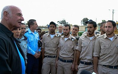 Yaakov Peri (left) meets air force troops at the Tel Nof airbase, April, 2013.( Photo credit: Yossi Zeliger/FLASH90)