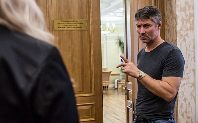 Yekaterinburg Mayor Yevgeny Roizman talking to an aide outside his office, Oct. 17, 2013. (photo credit: Brendan Hoffman/Getty Images/JTA)