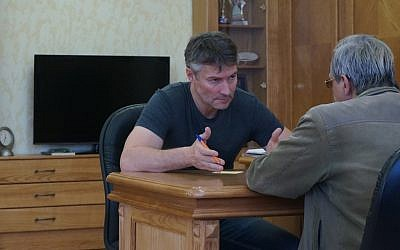 Yekaterinburg Mayor Yevgeny Roizman meeting with a constituent in his office, Oct. 17, 2013. (photo credit: Cnaan Liphshiz/JTA)