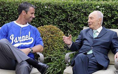 President Shimon Peres with Major League Baseball player Brad Ausmus in May 2012. (Photo credit: CC BY-SA, US Embassy of Tel Aviv/Wikimedia Commons)