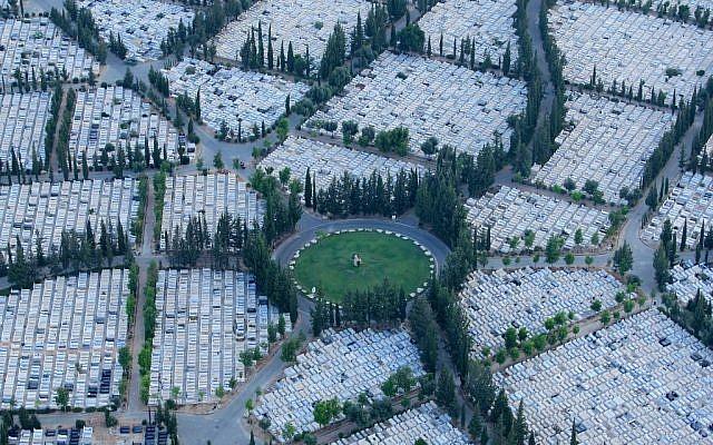Aerial view of Petah Tikva's Yarkon cemetery. (Moshe Shai/Flash90)