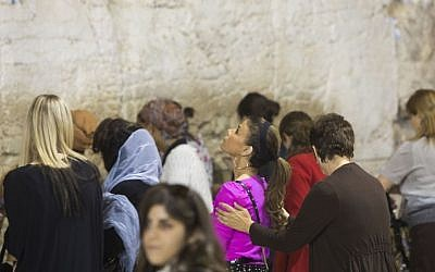 American singer Paula Abdul visits the Western Wall, Judaism's holiest site, in Jerusalem's Old City on October 31, 2013, six days before she celebrated her bat mitzva in Safed. (photo credit: Yonatan Sindel/Flash90)