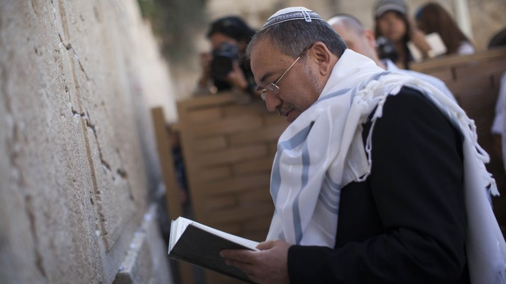 Former foreign minister Avigdor Liberman prays at the Western Wall in Jerusalem's Old City after his acquittal in a corruption trial, Wednesday, November 6, 2013 (photo credit: Yonatan Sindel/Flash90)