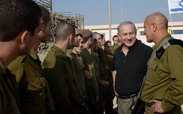 Prime Minister Benjamin Netanyahu visits soldiers of the IDF Gaza Division, November 12, 2013. (Amos Ben Gershom/GPO/Flash90)