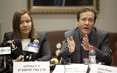 Shelly Yachimovich and Isaac Herzog at a Labor Party Knesset faction meeting in 2013. (Flash90)