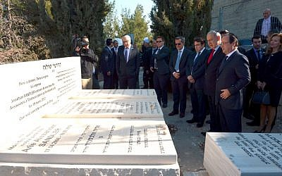 Prime Minister Benjamin Netanyahu and French President Francois Hollande visit the graves of the Jewish victims of a 2012 terror attack in Toulouse, France, Tuesday, November 19, 2013 (photo credit: Haim Zach/GPO/Flash90)