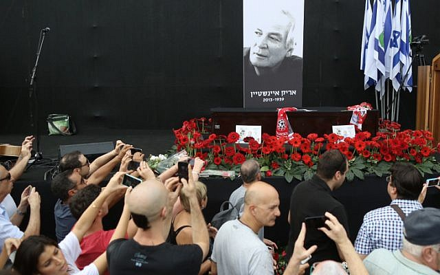 Thousands of mourners gathered to pay their respects to Israel's legendary singer Arik Einstein in Rabin Square in Tel Aviv, where his coffin was placed ahead of the funeral on November 27, 2013. (photo credit: Yonatan Sindel/FLASH90)