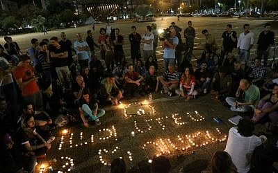 Dozens of Israelis light candles and sing at Rabin Square in Tel Aviv, while mourning the death of Israeli singer Arik Einstein. Arik Einstein passed away at the age of 74 on November 27, 2013. (photo credit: Flash90)