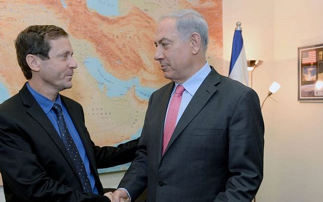 Zionist Union leader Isaac Herzog (L), with Prime Minister Benjamin Netanyahu in November 2013. (Kobi Gideon/Flash90)