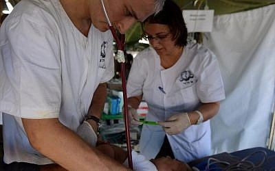 The Israeli delegation's medical team treat victims of Typhoon Haiyan in the Philippines, November 20, 2013. (IDF Spokesperson's Unit/Twitter)