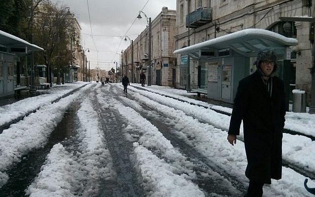 Jerusalem's light rail line stands deserted after a heavy snowstorm, Friday, December 13, 2013. (photo credit: The Times of Israel)