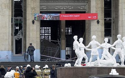 A police officer guards a main entrance to the Volgograd railway station hit by an explosion, in Volgograd, Russia, Sunday, Dec. 29, 2013. (photo credit: AP)