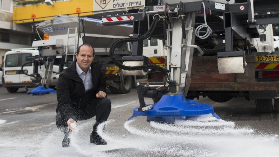 Mayor Nir Barkat investigating the Jerusalem Municipality's preparations for the snow expected to fall in the capital (photo credit: Yonatan Sindel/Flash90)