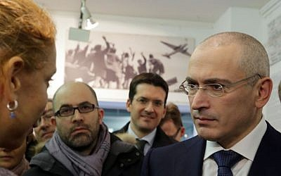 Freed Russian prisoner Mikhail Khodorkovsky, right, as he arrives for a press conference in Berlin, Sunday Dec. 22, 2013. (photo credit: AP/dpa, Kay Nietfeld)