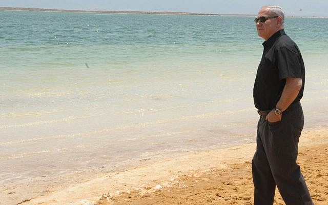 Prime Minister Binyamin Netanyahu tours the Dead Sea in 2011. (Photo credit: Avi Ohayon/GPO/Flash90)