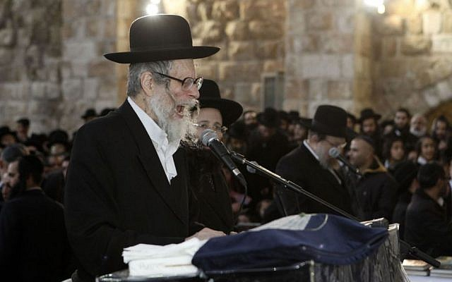 Rabbi Eliezer Berland participates in a mass prayer session at the Western Wall in Jerusalem, on January 25, 2012. (Uri Lenz/Flash90)