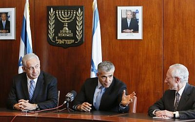 Prime Minister Benjamin Netanyahu, Finance Minister Yair Lapid and outgoing Bank of Israel Governor Stanley Fischer at a press conference in the Knesset, June 24, 2013. (Photo credit: Miriam Alster / Flash90)