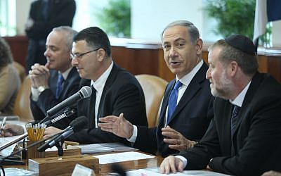 Prime Minister Benjamin Netanyahu leads the weekly cabinet meeting, November 17, 2013. (Photo credit: Yossi Aloni/POOL/Flash90)