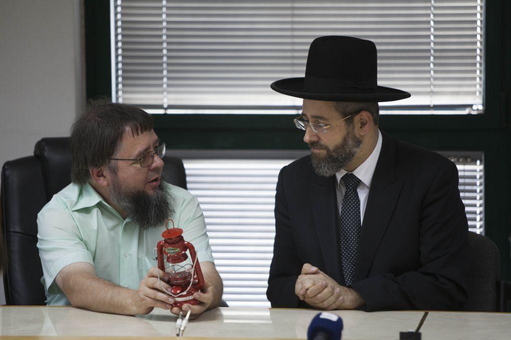 Chief Ashkenazi Rabbi David Lau seen during a meeting with Amish community members in Jerusalem, Thursday, November 28, 2013 (photo credit: Yonatan Sindel/Flash90)