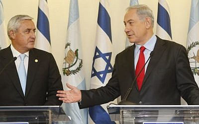 Prime Minister Benjamin Netanyahu (right) and the president of Guatemala, Otto Pérez Molina, at a joint press conference at Netanyahu's office in Jerusalem, on December 9, 2013. (photo credit: Miriam Alster/Flash90)