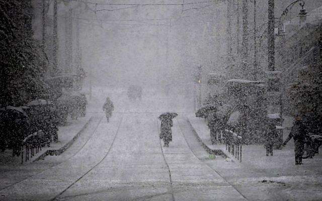 Snow on Jerusalem's Jaffa Road, Thursday, December 12, 2013 (photo credit: Miriam Alster/Flash90)